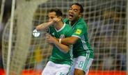Guardado y Fabián celebran un gol