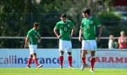 Jugadores de México cabizbajos en el encuentro contra República Checa
