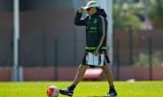 Potro Gutiérrez camina en una práctica del Tri