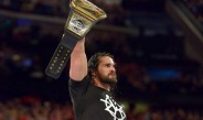 Rollins levanta el cinturón de la WWE