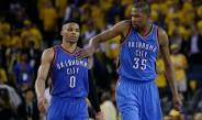Kevin Durant y Russell Westbrook durante el partido contra Warriors