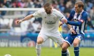 Karim Benzema contiene el balón en juego contra el Dépor
