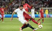 Rami compite por el esférico jugando para Sevilla