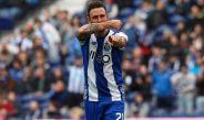 Miguel Layún festeja un gol con el Porto