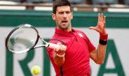 Novak Djokovic devuelve servicio en Roland Garros