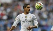 Raphael Varane busca el balón durante un partido del Real Madrid