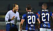 Árbitro dialoga con jugadores de Independiente