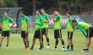 Los jugadores de la Seleccion Mexicana entrenando
