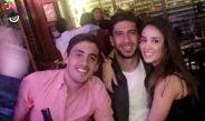 Lalo Herrera en el bar con compañeros