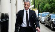 Mourinho camina por las calles de Manchester