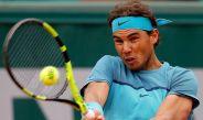 Nadal golpea la bola durante la primera ronda de Roland Garros
