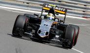 Checo Pérez conduce su monoplaza en el circuito de Mónaco