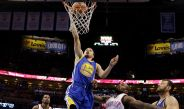 Stephen Curry de los Warriors encesta en el duelo frente a Oklahoma