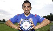 Rafael Baca posa para RÉCORD con la playera de Cruz Azul
