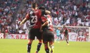 Los jugadores del Atlas celebran el gol de la victoria frente a Chivas