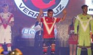 Los jugadores del Veracruz modelando las nuevas playeras