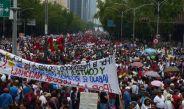 Manifestantes caminan en la avenida Paseo de la Reforma
