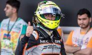 Checo Pérez hace una seña en las qualys del GP de Europa