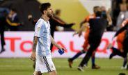 Lionel Messi se retira del campo de juego tras la derrota de Argentina frente a Chile en la Final de la CA