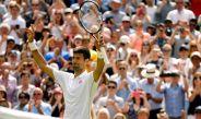 Novak Djokovic festeja su triunfo en su debut en Wimbledon