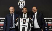 Dani Alves es presentado con la Juventus