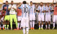 Messi se lamenta tras fallar penalti contra Chile