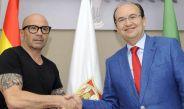 Sampaoli y el presidente del Sevilla, luego de la firma