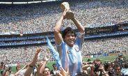Diego Armando Maradona con la Copa Mundial en el estadio Azteca