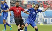 Arda Turan compite por el balón con Modric en la Euro 2016