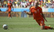 Robben cae al campo tras un contacto en juego contra México