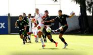 Jugadores del Tri y Toluca pelean el balón