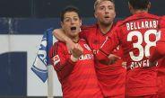 Chicharito celebra un gol con sus compañeros en Bayer Leverkusen
