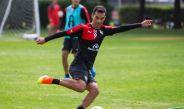 Rafa Márquez manda un tiro a portería en entrenamiento