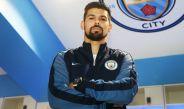 Nolito posa con la indumentaria del Manchester City