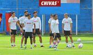 Jugadores de Chivas entrenan en Verde Valle