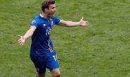 Elmar Bjarnason celebra con la selección de Islandia