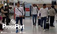 Jugadores de Pumas caminan en el AICM