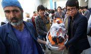 Una persona es atendida tras el atentado en Kabul