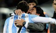 Diego Armando Maradona junto a Gonzalo Higuaín en el Mundial 2010