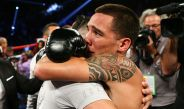 Óscar Valdez se abraza con su entrenador tras conseguir su título mundial