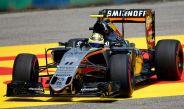 Sergio Pérez en su monoplaza en el Gran Premio de Hungría