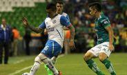 Rogelio controla el balón en juego contra León