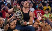 Ambrose festeja con sus compañeros de Smackdown