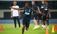 Ashley Young celebra en práctica del Manchester United