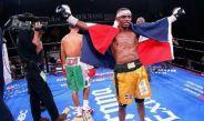 Jonathan Guzmán celebra tras salir victorioso en un combate