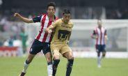 Barrera cubre el balón en juego contra Chivas