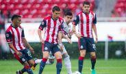 Jugadores de Chivas durante el duelo entre el Rebaño y Jaguares en la Copa MX