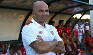 Sampaoli observa partido del Sevilla desde el banquillo