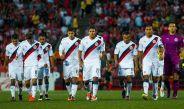 Jugadores de Chivas abandonan cabizbajos el terreno de juego