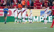 Jugadores de Chivas se lamentan en el partido frente a Xolos